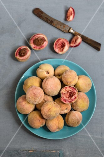 Organic peaches, whole and sliced