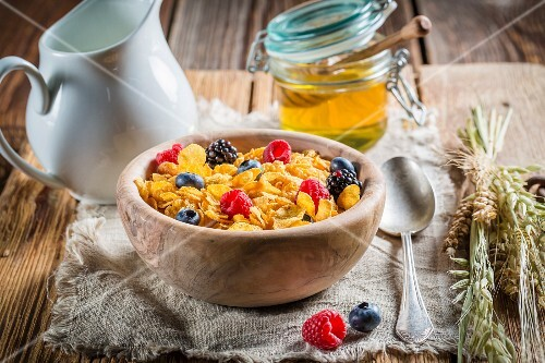 Cornflakes with berries and honey