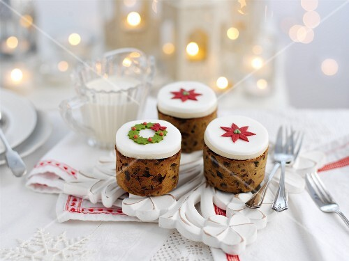Mini Christmas cakes with icing
