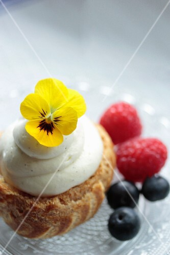 Chouquette with vanilla cream, berries and edible flowers