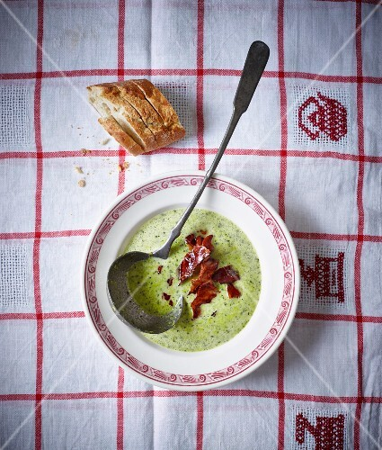 Pea soup with bacon and peppermint (seen from above)