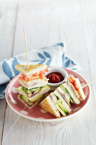 Club sandwiches with mackerel and vegetables