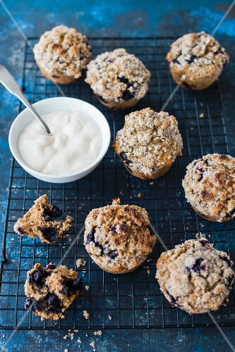 Blueberry crumble muffins with yoghurt