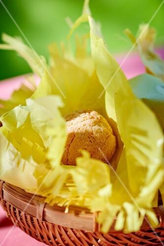 Amaretti on green paper in a basket