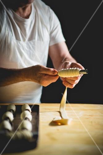 A confectioner preparing cannoli