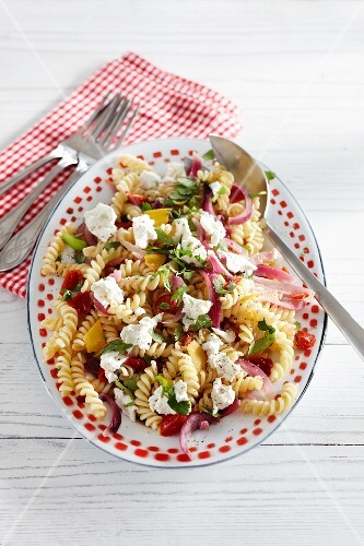 Pasta salad with peppers and goat's cheese