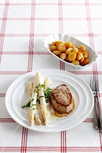 Pork escalope with white asparagus and fried potatoes