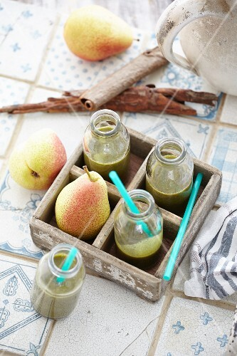 Lamb's lettuce and cinnamon smoothie with pears
