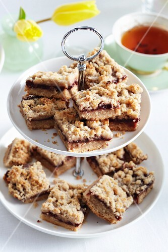 Crumble cakes on a cake stand