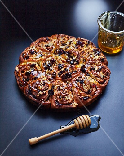A Chelsea bun wreath with apple, cinnamon and raisins