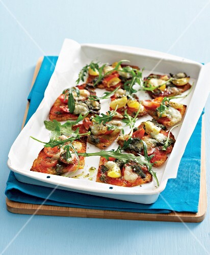 Mini pizzas with tomatoes and rocket