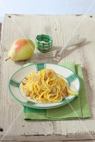 Tagliolini cacio e pere (pasta with pears and Pecorino cheese, Italy)