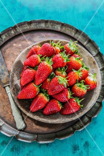 Fresh strawberries in a bowl on a tray