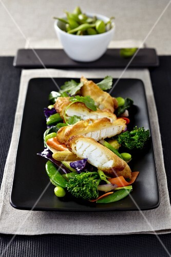 Bread cod fillet with Edamame beans, broccoli and red cabbage (Asia)