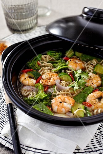 Mian Tiao noodle soup with shrimps, vegetables, lemongrass and peppers (China)