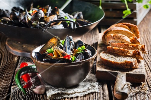 Mussels with garlic and chillis served with bread