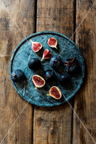 Fresh figs, whole and sliced (seen from above)