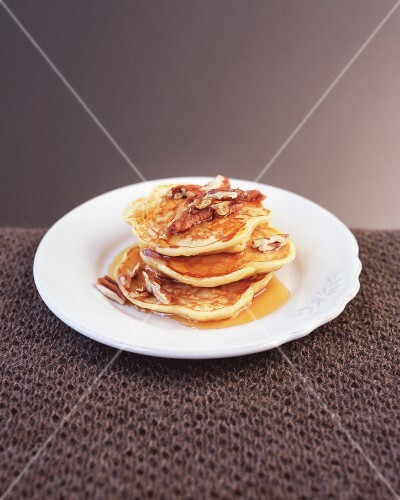 Buttermilk pancakes with pears and maple syrup