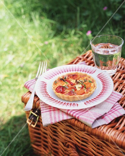Goat's cheese tartlets with oven-roasted vegetables for a picnic