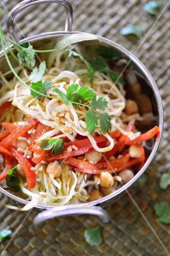 Oriental noodles with vegetables and chickpeas