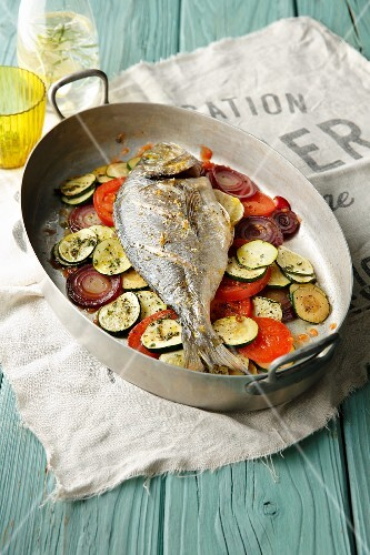 Oven-baked Mediterranean sea bream on a bed of vegetables (simple glyx)