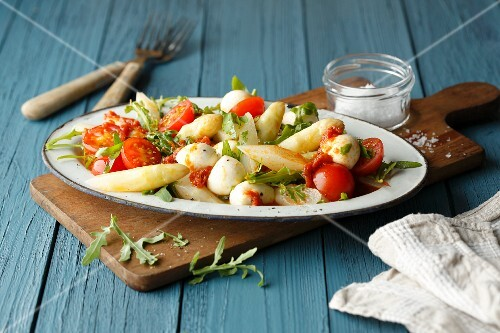 Asparagus salad with rocket, tomatoes, mozzarella and pesto (simple glyx)
