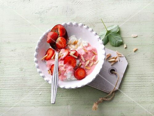Strawberry and almond rice with soya yoghurt