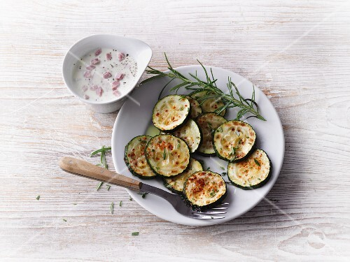 Courgettes slices with rosemary and a ham and cheese sauce