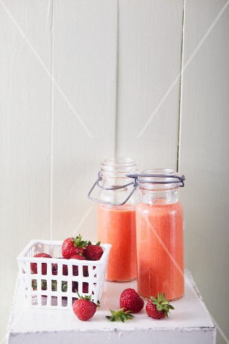 Pineapple and strawberry smoothies with goji berries and agave syrup