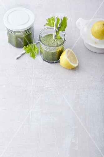 Spinach and celery smoothies with charcoal and lemons