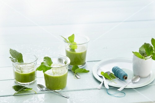 Spinach smoothies with pigweeds and fruit