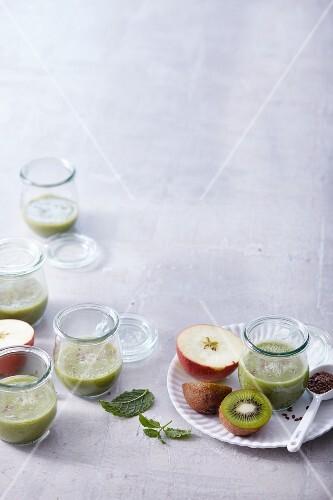 Apple and kiwi smoothies with mint and flaxseeds