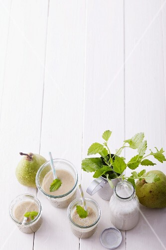 Pear and fig smoothies with an oat drink and lemon balm