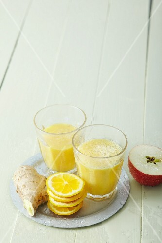 Orange and banana smoothies with apple and ginger