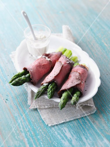 Roast beef rolls with green asparagus and cream cheese