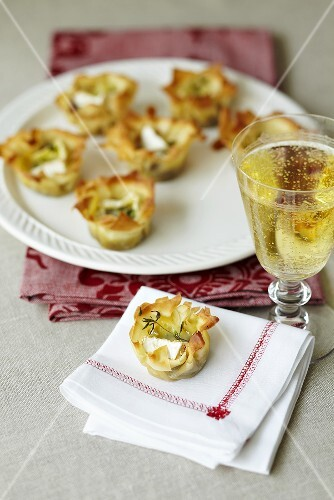 Puff pastry canapés filled with cheese