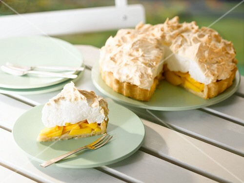 Mango cake with a meringue topping