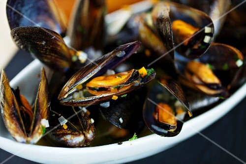 Mussels in a white wine broth (close-up)