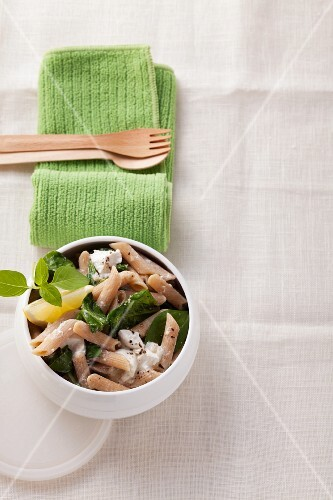 Wholemeal pasta with ricotta, spinach and lemons