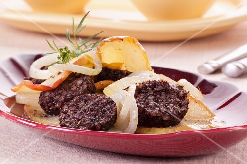 Black pudding with apples and onions