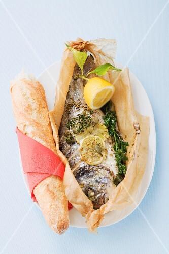 Pesce al cartoccio (Fisch im Pergamentpapier gebacken, Italien)