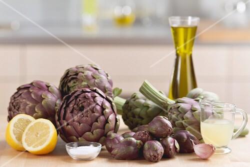 Frische Artischocken, Zitrone, Salz, Zitronensaft und Olivenöl