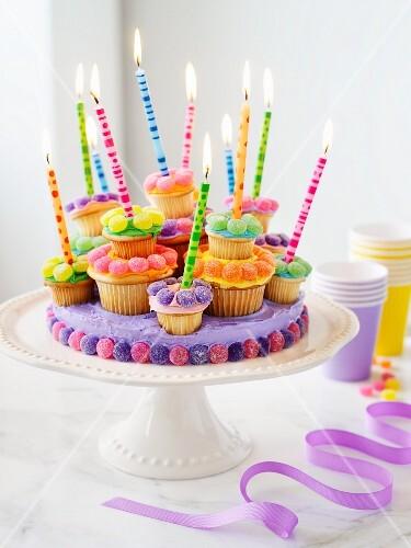 cupcake torte mit kerzen bild kaufen 11007842 stockfood. Black Bedroom Furniture Sets. Home Design Ideas