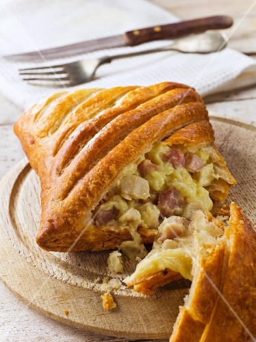Chicken and ham pasty, cut