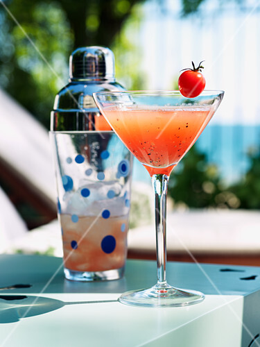 Pink pearl (drink with vodka, tomato juice and pepper)