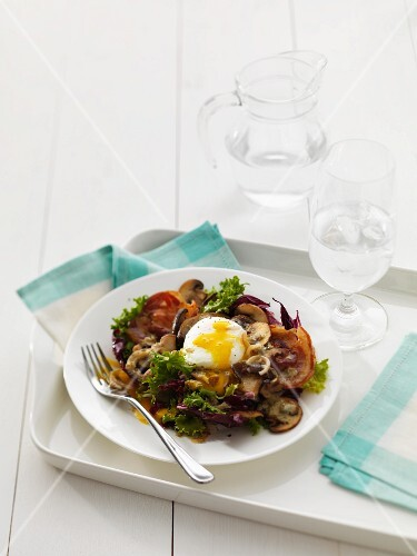 Mixed leaf salad with poached egg, mushrooms and pancetta