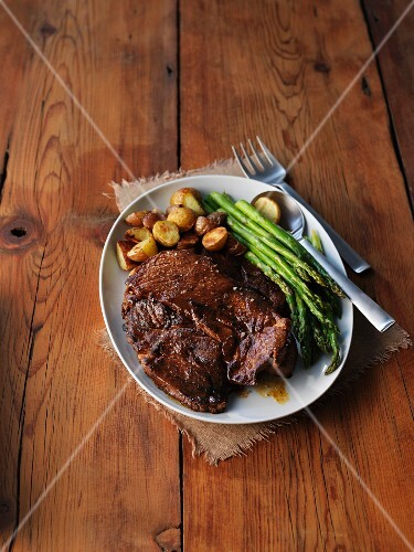 Veal chop with asparagus and potatoes