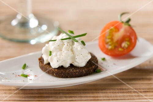 Pumpernickel with cottage cheese and chives