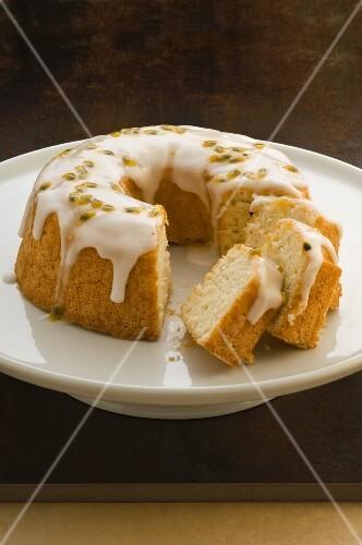 Angel food cake with icing sugar, sliced