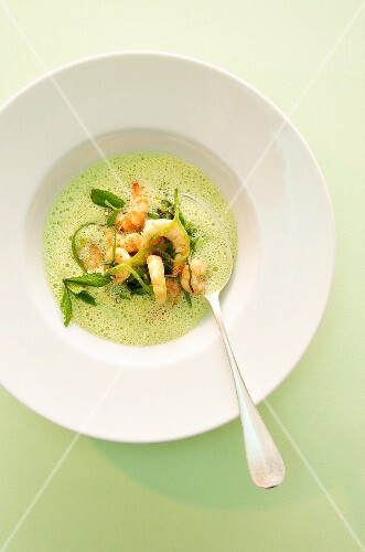 Frothy pea soup with shrimp